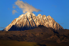 Zhara Lhatse 5820m a sacred Mountain at sunset, Tibet (reurinkjan) Tags: nature prayerflag chenresig drolma lungta chanadorje sacredmountains jambayang tibetanlandscape     janreurink ommanipemehung tibetanplateaubtogang kham buddhism tibet sacredmountainsoftibet dardocounty zharalhatse5820m19094ft lhaganggompa minyaglhagangyongdzograbgilhakangtongdrolsamdribling chortenmchodrten nyingmapasherda prayerflagsonstaff landscapeyulljongs naturerangbyung sunsetnyirgas 2010 lhaganglhasgang landscapesceneryrichuyulljongsrichuynjong peakofasolitarymountainridochadridoch