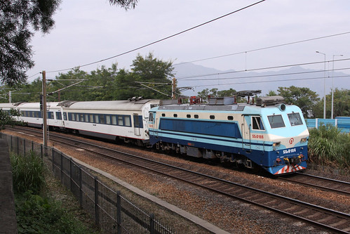 Almost at the end of a 24 hour journey, SS8 0186 leads the Beijing Express towards Hung Hom