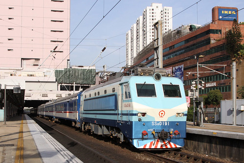 Electric locomotive SS8 0191 hauls a Through Train through Sha Tin station