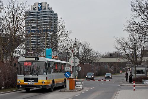 Zufahrt nur für Berechtigte: Der Shuttle-Bus fährt auf das Olympiapark-Gelände