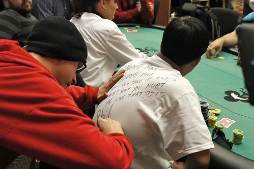 5839 Phil Laak Signs the T-Shirt For Peter Tran