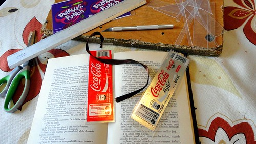Separadores de libros con etiquetas de Coca Cola