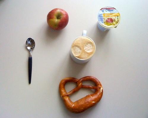 Bretzel, Apfel & Bauer Müsli Joghurt
