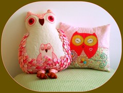 amizade vai acontecendo... (AP.CAVALARI / ANA PAULA) Tags: owl coruja almofada micheline samariquinha anapaulacavalari apcavalari owlfélia