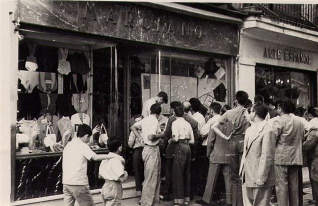 Seguidores de Bahamontes siguen una etapa del Tour de 1959 en el escaparate de la tienda de Marciano