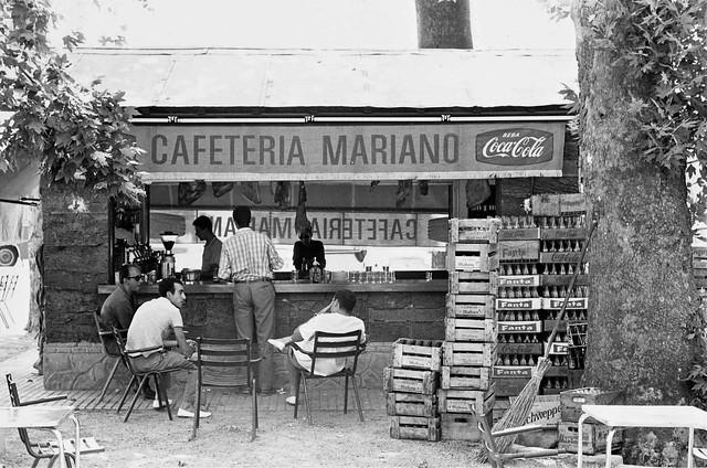 Quiosco de horchatas y refrescos en el Paseo de la Vega o de Merchán en 1967. Fotografía de John Fyfe