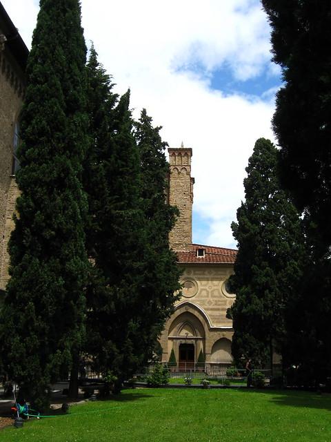 教会の中庭のフリー写真素材