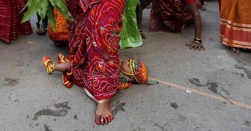 Mulher pisa sobre bebê em ritual