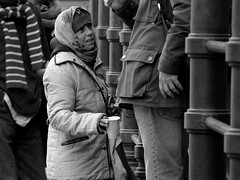 Limosna al turista/Alms to the tourists (Joe Lomas) Tags: poverty madrid street leica urban espaa calle spain candid poor beggar reality streetphoto urbano pobre indigente mendigo pobreza indigencia urbanphoto realidad callejero limosna robados realphoto necesitado pordiosero limosnero fotourbana fotoenlacalle fotoreal photostakenwithaleica