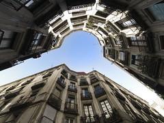 Barcelona (_Zahira_) Tags: barcelona sky azul lafotodelasemana arquitectura edificios olympus 100v10f cielo nd angular contrapicado e500 uro 100vistas ltytrx5 ltytr2 ltytr1 ltytr3 zd714 carrermilan