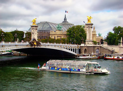 The Grand Palais and the pont Alexandre III - Paris. (Carlos Vieira.) Tags: trees paris arquitetura clouds boats barco nuvens rvores bateauxmouches grandpalais riversena bridgealexendreiii