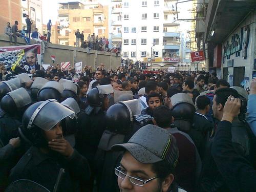 الامن محاصرنا فى شارع ورافض مرور اى حد واى محاولة للاختراق بتقابل بالضرب المبرح  #Jan25