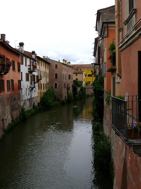 川沿いの家のフリー写真素材