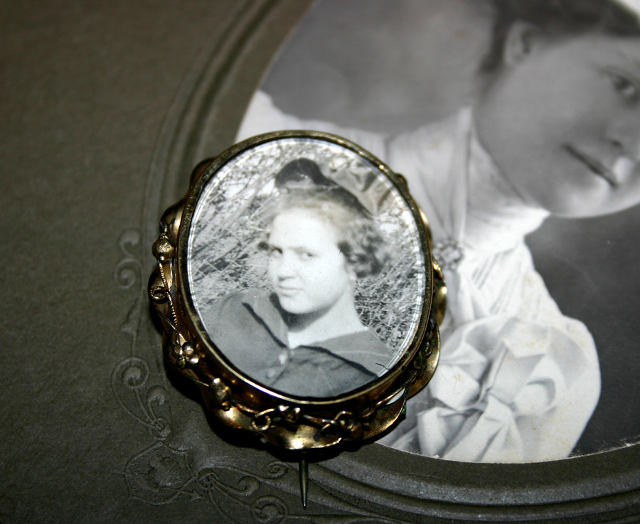 Victorian mourning Brooch - Rolled Gold with real portrait of Victorian woman between glass - 01