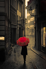Red Rain (Pensiero) Tags: red woman rain umbrella buildings walking switzerland donna alley strada luzern zug backwards svizzera lucerne vicolo rosso pioggia lucerna edifici insider camminare