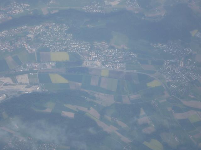 飛行機から見た町並みのフリー写真素材