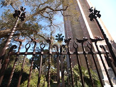 Gates to bok tower (Fernando Lenis) Tags: tower pen lens orlando photos olympus bok fernando fl 918 pl1 lenis epl1