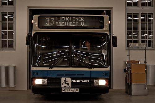 Maßarbeit: Gelenkbus-Prototyp 5410 wird in der Museums-Halle umrangiert