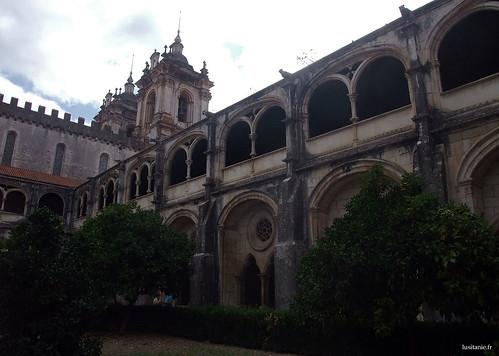 A igreja domina o claustro