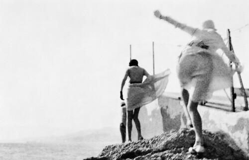 jacques-henri-lartigue-bibi-arlette-e-irene-tormenta-en-cannes-cannes-mayo-de-1929-fotografia-de-j-h-lartigue-copy-mi