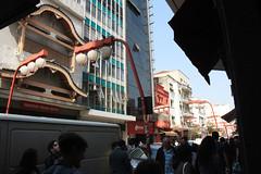 Orientalização (PortalJornalismoESPM.SP) Tags: lâmpadas postes liberdade pessoas sombras sol ásia oriental ocidental