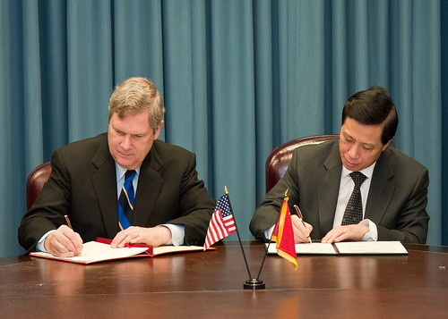 Agriculture Secretary Tom Vilsack (left)  and Ambassador Zhang Yesui, People's Republic of China sign a Memorandum of Understanding to establish a National China Garden at the National Arboretum in Washington, D.C., Monday, January 24, 2011.