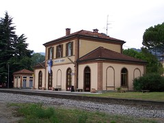 Stazione di Paratico-Sarnico: fabbricato viaggiatori nel settembre 2010, lato binari (3) (Il provinciale) Tags: stazione ferrovia paratico