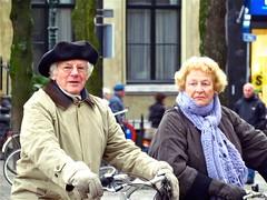 Joie de vivre (Roel Wijnants) Tags: people man love fotografie friendship streetphotography denhaag vrienden thehague vrouw mensen joiedevivre artistiek baret hofstad straatfotografie hoofddeksel roel1943 roelwijnants wereldburen straatfotograaf hofstijl wereldburgers roelwijnantsfotografie