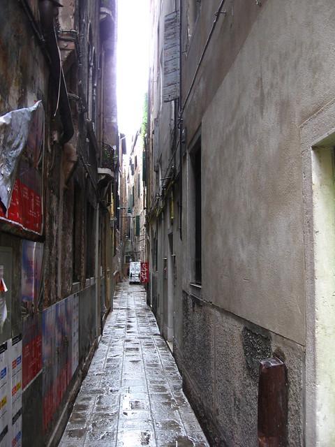 ヴェネツィアの路地裏のフリー写真素材