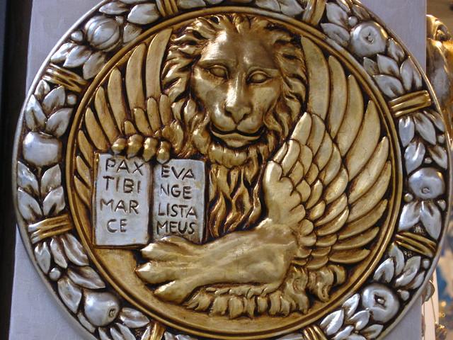 ライオンの彫金のフリー写真素材