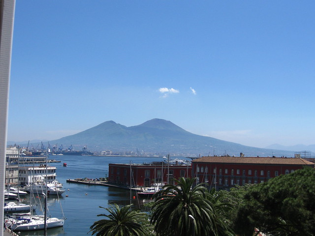 ナポリの船着き場と海のフリー写真素材
