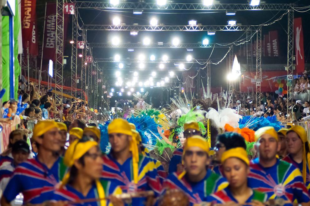 El viernes 18 de Febrero se llevó a cabo la 3ra Ronda del Carnaval Encarnaceno (Primera Noche), con la presencia de los principales clubes como San Juan, Nacional, Pettirossi y Universal, en esta fotografía vemos a todo el elenco del Club Nacional haciendo vibrar al público. (Elton Núñez - Encarnación, Paraguay)