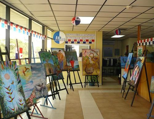 Exposición de cuadros en ISAE Santiago - ISAE Universidad - Universidades Panamá