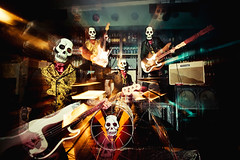 Tiki Phantoms (Ibai Acevedo) Tags: music playing skeleton surf zoom guitar live esqueleto tiki instrumental moog calavera phantoms volcn ampli sumisin bailn guitarrrr