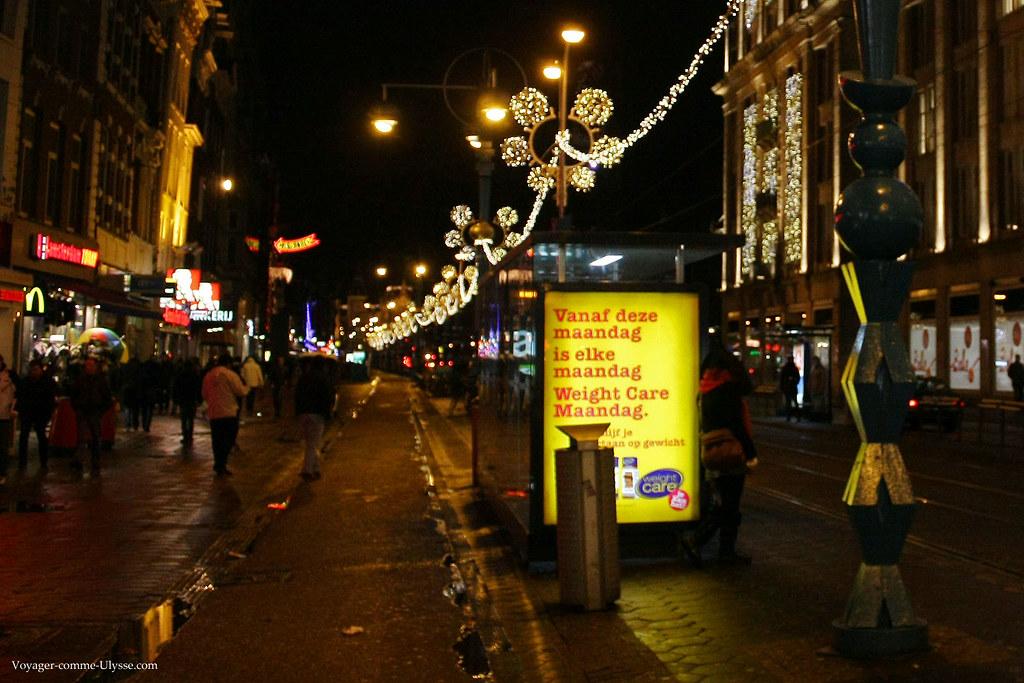 Notez le lampadaire avec la forme des trois croix, devant l'arrêt de bus