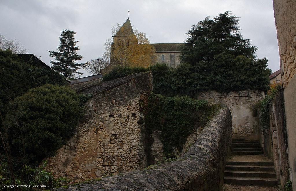 On prend les escaliers pour monter à l'église et au Château Naillac
