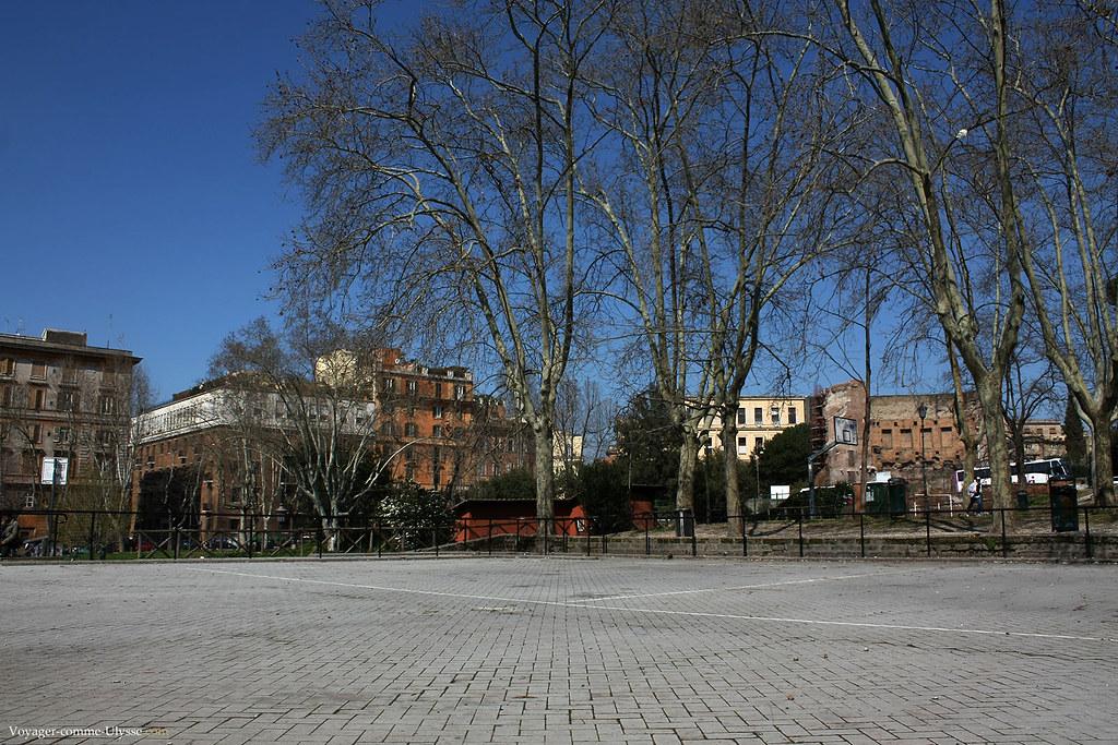 Sous ce jardin où aujourd'hui on joue au basket, il y avait la Domus Aurea, le Palais de Néron