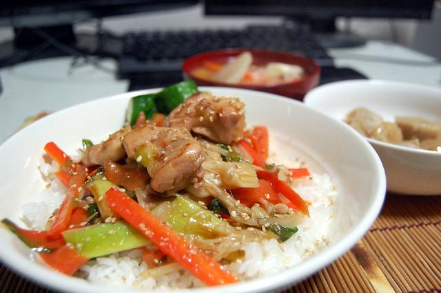 鶏モモのオイスター炒めナンプラー風味丼!