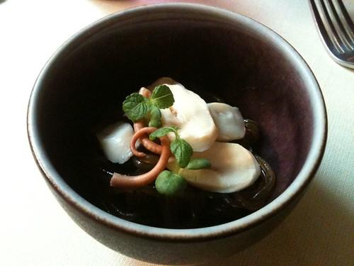 Yam'Tcha: Poulpe de roche cuit au vinaigre noir, nouilles de patates douces