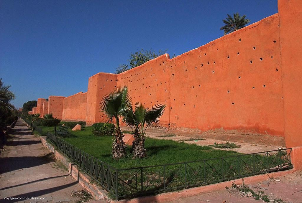 Les murs sont faits de bois et surtout de terre et de chaux