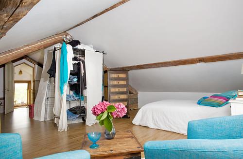 Loft med garderobsavdelare by photographer Hans Wessberg