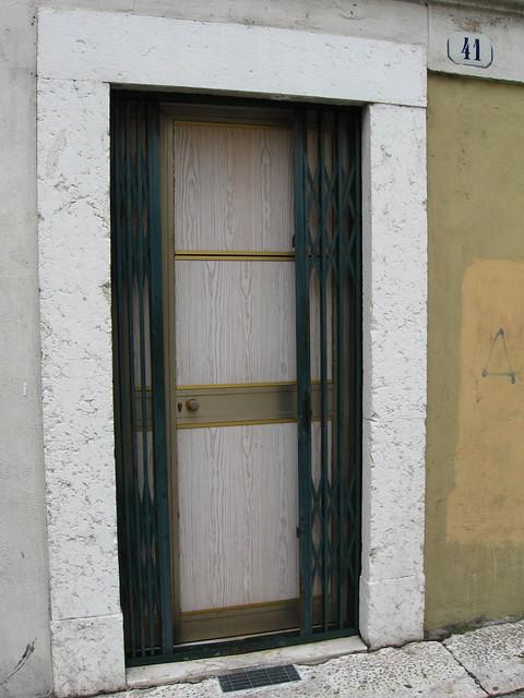 緑の扉のフリー写真素材