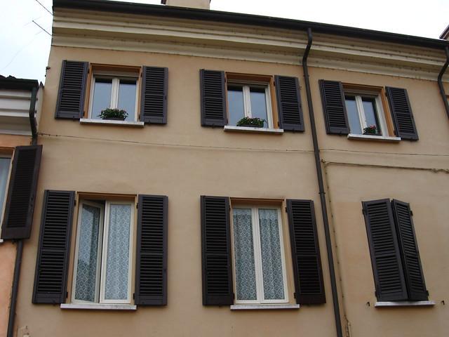 木窓のある家のフリー写真素材