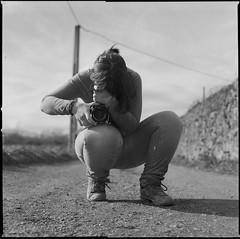 (Janira Muoz) Tags: camera bw woman white black byn film blanco girl outdoors mujer chica exterior kodak alba negro bn bin hasselblad negative scanned 28 80 portra blanc camara noia negre dona peli pelcula pellcula