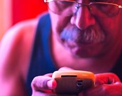 ATRACCIN (joferluna / Fernando Luna) Tags: man glasses blackberry venezuela cellphone movil celular lentes hombre attraction telefonia atraccion dailyshoot fotografosvenezolanos fernandoluna