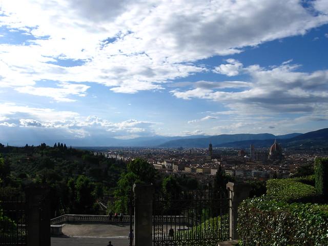 フィレンツェの大聖堂と街を遠くからのフリー写真素材