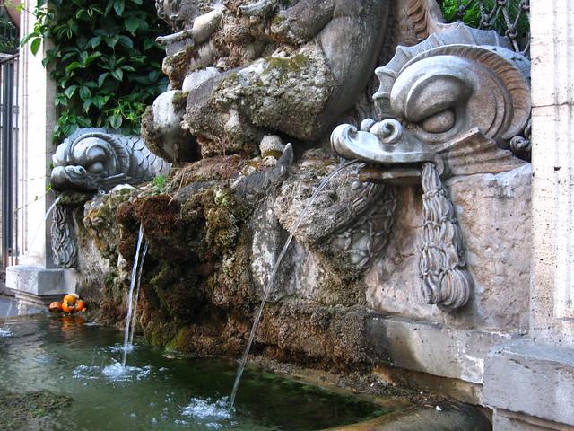 ローマの街角の噴水のフリー写真素材