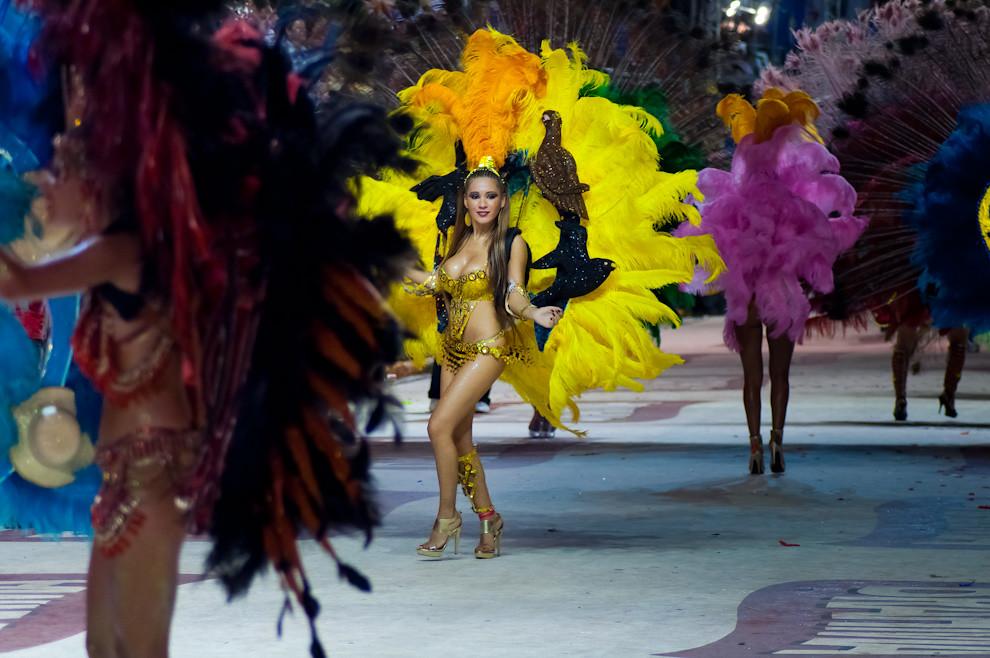 """Las Pasistas del Club Universal bailan al ritmo de la batucada con sus coloridos espaldares relacionados a """"La Conquista"""" durante el desfile de la 3ra Ronda del Carnaval Encarnaceno el Viernes 18 de Febrero. """"La Conquista"""", una alegoría sobre la historia, descubrimiento e independencia del Paraguay. (Elton Núñez - Encarnación, Paraguay)"""