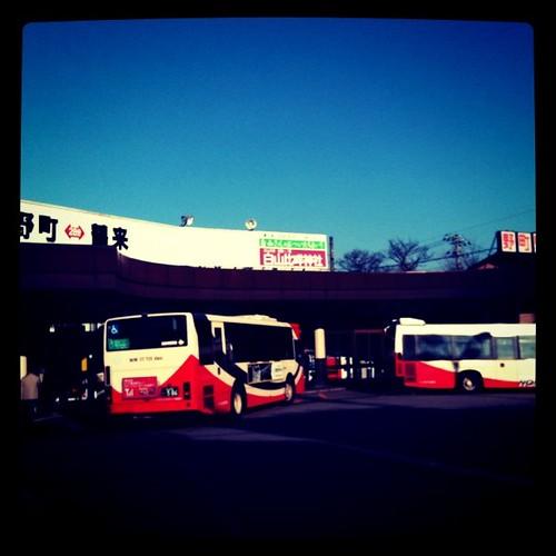 通勤中のバスターミナル