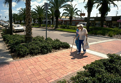 seniors crossing street in Venice FL (courtesy of Dan Burden, pedbikeimages.org)